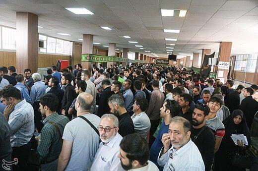 صف مردم برای دریافت گذرنامه در آستانه سفر اربعین حسینی مقابل اداره گذرنامه