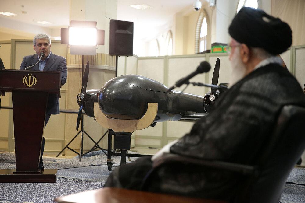 تصویری از یک پهپاد ایرانی در مقابل رهبر انقلاب