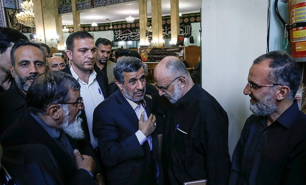 عکسی از احمدینژاد و رفقایش در یک مراسم ختم
