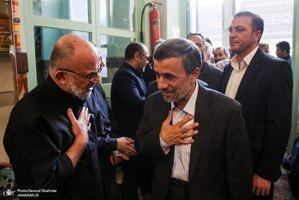 احمدی نژاد و حسین شریعتمداری دیروز در مسجدجامع نارمک/عکس