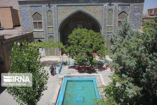 مسجد جامع سنندج مربوط به دوره قاجار است و در سال 1227 هجری قمری توسط امان الله خان اردلان والی کردستان ساخته شده است، تزئینات و کاشیکاری خشتی وسیع توام با کتیبه نوشته از ویژگی های بارز این بنای تاریخی شهر سنندج است، این بنا به شماره 375 در فهرست آثار ملی کشور به ثبت رسیده است