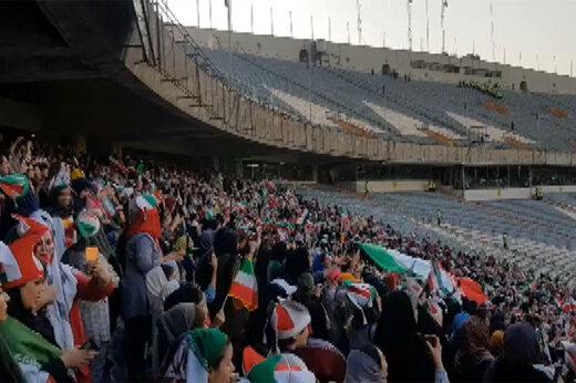 فیلم | سر دادن سرود ملی ایران توسط دختران در ورزشگاه آزادی
