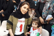 فیلم | همسر و دختر علیرضا بیرانوند در ورزشگاه آزادی