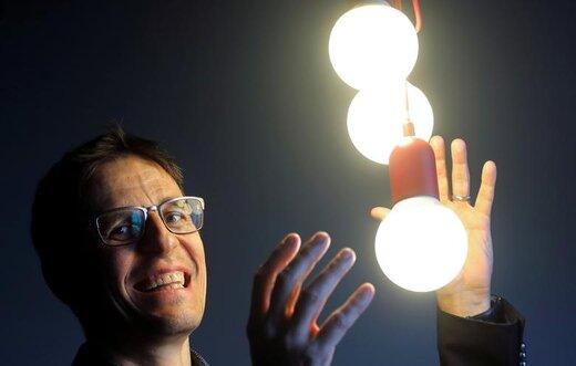 دیدیه کلاز، دانشمند سوئیسی، در پی اعلام خبر کسب جایزه نوبل فیزیک در شهر لندن انگلیس در یک کنفرانس خبری ژست گرفته است