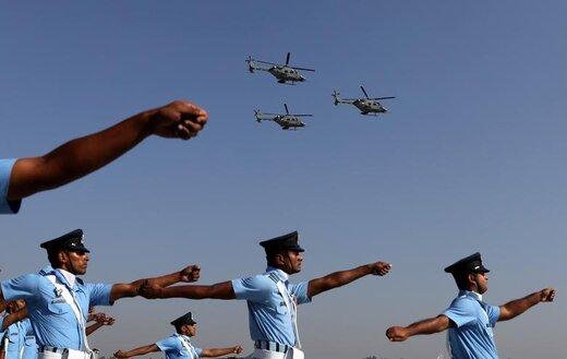 رژه سربازان نیروی هوایی هند همزمان با پرواز هلیکوپترهای سبک پیشرفته در جشن روز نیروی هوایی هند در ایستگاه نیروی هوایی واقع در حومه شهر دهلینو
