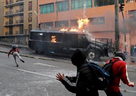 آتش زدن خودروی پلیس در طول ناآرامیهای اکوادور که به دنبال اعتراضهای گسترده به تصمیم دولت این کشور برای کاهش یارانه سوخت به وجود آمد