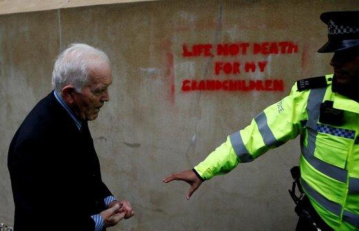 یک افسر پلیس فیل کینگستون 83 ساله را به اتهام دیوارنویسی  در اعتراضات گروه شورش علیه انقراض در لندن بازداشت کرد