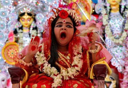 خمیازه کشیدن یک دختربچه در فستیوالی در اگرتلا هند