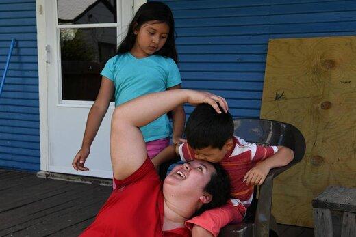 وقت گذرانی پناهجوی هندوراسی با فرزندانش پس از بازگشت از محل کارش در فورت وورث ایالت تگزاس آمریکا