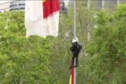 فیلم | اصابت چترباز اسپانیایی وسط رژه به تیر برق