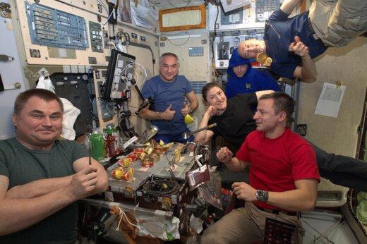 فیلم | خلبان اماراتی به ایستگاه فضایی رفت و غذای خاورمیانهای با خود برد