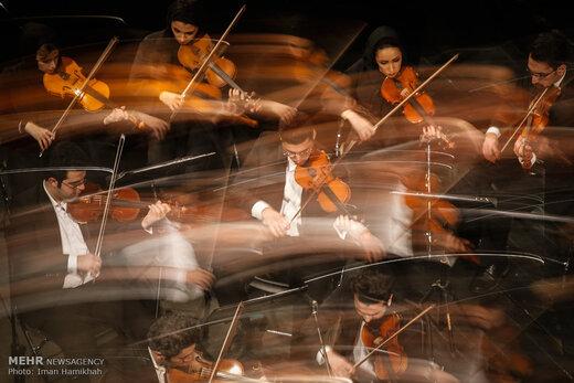 سوریهای خانهنشین از تلویزیون اجرای ارکستر «اورفئوس» را تماشا میکنند