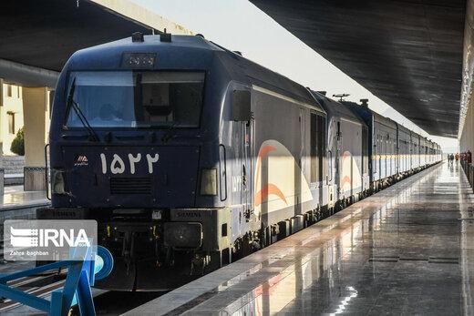 ورود قطار گردشگری بینالمللی عقاب طلایی به شهر اصفهان