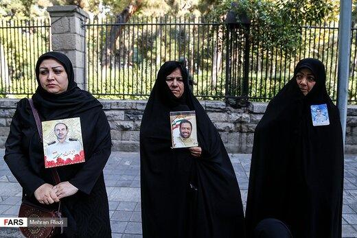 تجمع خانوادههای شهدای پلاسکو در مقابل شهرداری تهران/ عکس