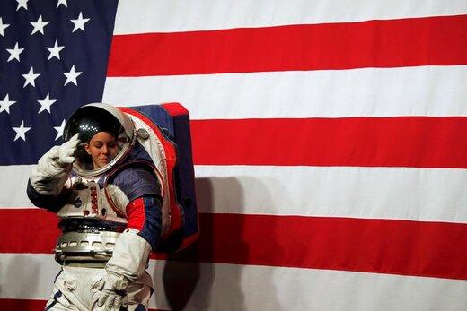 کریستین دیویس در مرکز فرماندهی ناسا واقع در واشینگتن دی سی لباس فضانوردی جدید این سازمان را بر تن کرد