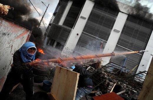 شلیک یک معترض به اقدامات ریاضتی لنین مورنو، رئیسجمهور  اکوادور، با اسلحه دست ساز در شهر کیتو