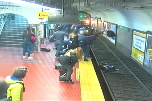فیلم | لحظه سقوط یک زن به ریل مترو چند ثانیه قبل از رسیدن قطار
