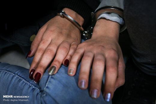 زن سارقی که کیف پول و موبایل زائران را سرقت میکرد در مرز مهران دستگیر شد