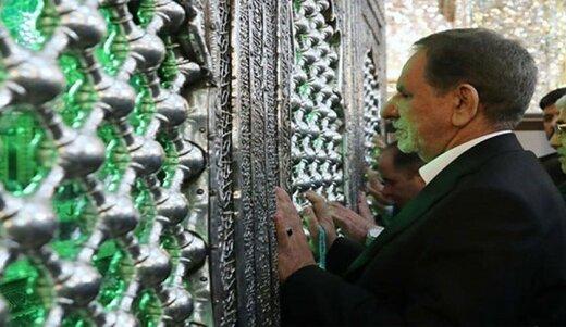 فیلم | زائران در حال گرفتن سلفی با اسحاق جهانگیری در حرم حضرت علی(ع)