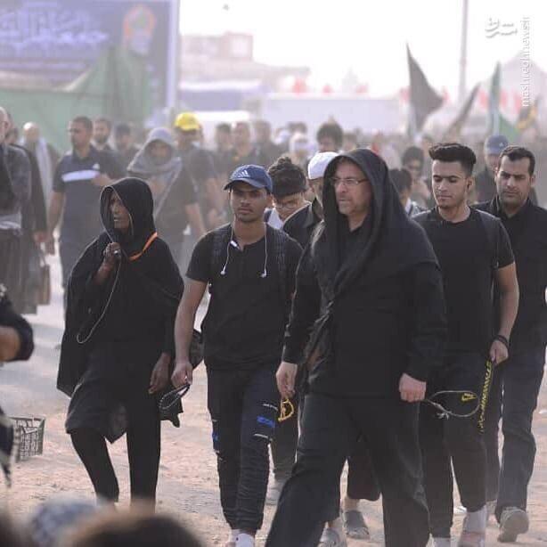 تصاویر | محمد باقر قالیباف در حال حمل کالسکه کودک در راهپیمایی اربعین