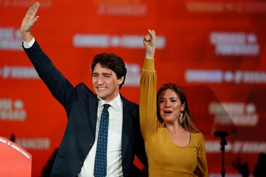 دست تکان دادن  جاستین ترودو، نخستوزیر کانادا، و همسرش در شهر مونترآل برای هواداران پس از انتخاب مجدد او در انتخابات سراسری