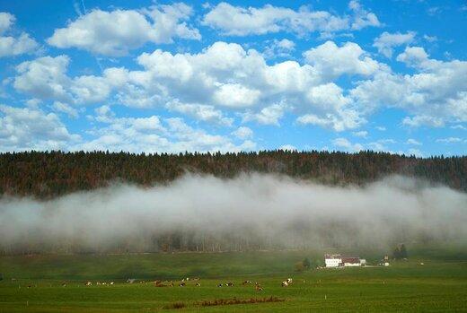 مه و غبار در یک روز آفتابی پاییزی در سوئیس