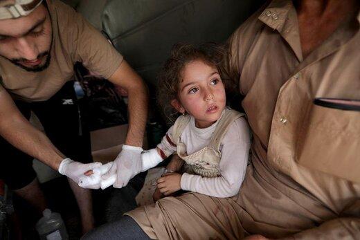 معالجه دختر مجروح در شهر تل ابیض سوریه