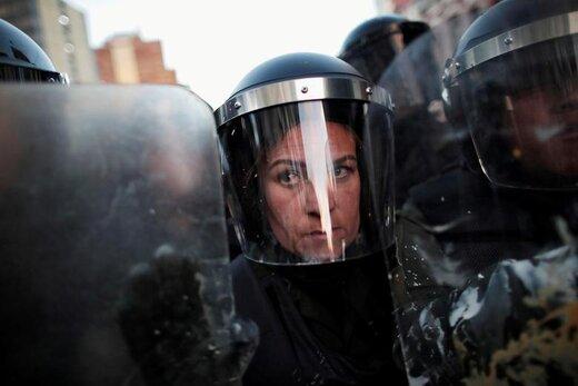 نگاه یک افسر پلیس ضد شورش در لاپاز بولیوی