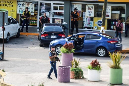 رویارویی مردان مسلح با پلیس مکزیک در شهر کولیاچان که مانع از دستگیری اویدیو گوزمان، پسر ال چاپو قاچاقچی سرشناس مواد مخدر شدند