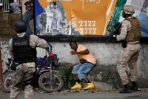 واکنش یک معترض در درگیری با پلیس هائیتی. این معترضین خواستار استعفای جوونل موئیز، رئیسجمهور این کشور هستند