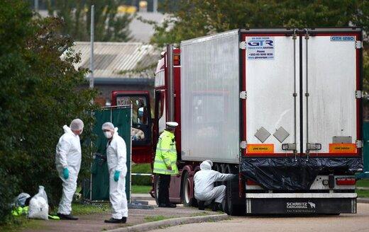 پلیس در صحنه کشف 39 جسد در داخل کامیونی که در منطقه صنعتی گریز واقع در استان اسکس انگلستان پارک شده بود