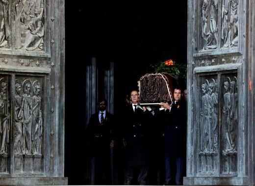بستگان فرانسیسکو فرانکو، دیکتاتور پیشین اسپانیا،  پس از نبش قبر وی در نزدیکی شهر مادرید، تابوت او را حمل میکنند