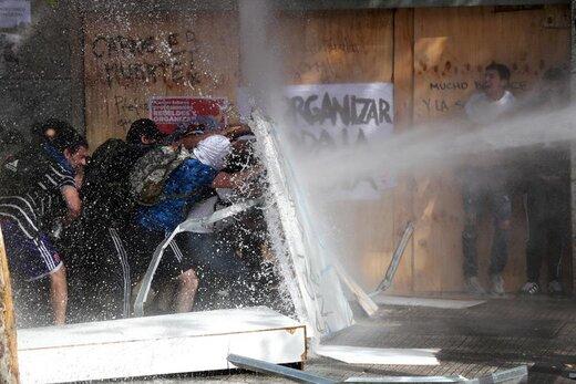 آب پاشیدن توسط نیروهای امنیتی به تظاهرکنندگان به سیاست اقتصادی دولت در شهر سانتیاگو شیلی