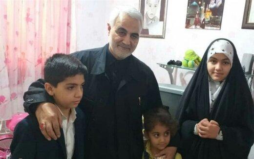 تصویری از دیدار صمیمانه سردار سلیمانی با خانواده شهید مدافع حرم