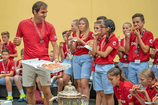 فیلم   راجر فدرر به نوجوانان همشهری خود پیتزا تعارف کرد!