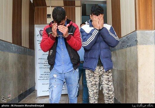 دستگیری دو سارق زورگیر که با استفاده از گاز اشکآور موبایل سرقت میکردند/ عکس