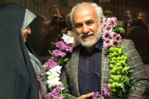 فیلم | گوسفند قربانی و تاج گل برای آزادی مشروط حسن عباسی