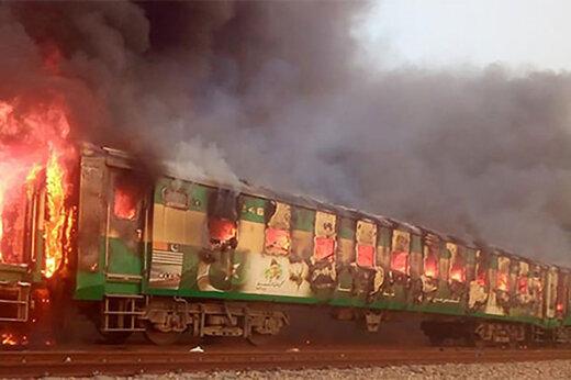 فیلم | صحنه انفجار قطار در پاکستان که جان ۷۳ نفر را گرفت