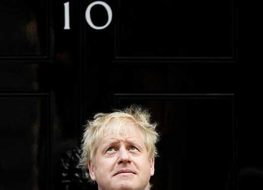 نخست وزیر انگلیس، بوریس جانسون هنگام یک ملاقات مقابل خانه شماره 10 خیابان داونینگ لندن