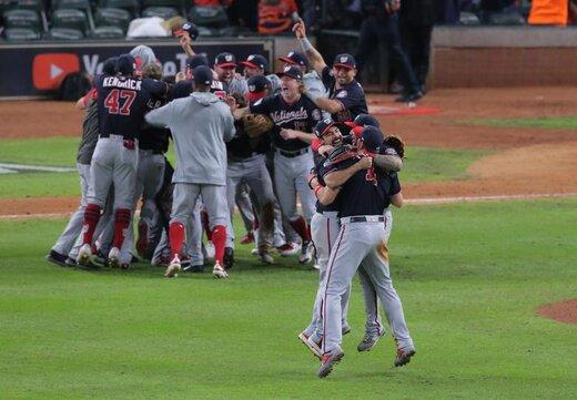 جشن پیروزی بازیکنان تیم فوتبال آمریکایی واشنگتن پس از شکست دادن هوستون آستروس در زمین مسابقه