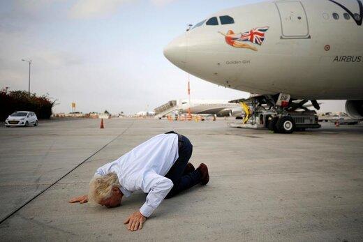 ریچارد برانسون، سرمایه دار انگلیسی هنگام فرود در فرودگاه بین المللی بن گوریون در نزدیکی تل آویو، زمین را می بوسد