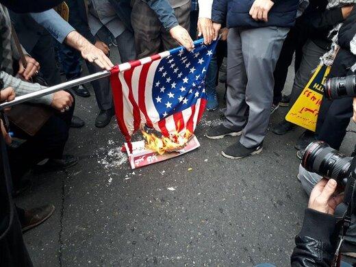روحالله زم در راهپیمایی مقابل لانه جاسوسی آمریکا /ردپای سردار سلیمانی در خیابانهای تهران /پیام ۵ قالب بزرگ یخ به دو رنگ آبی و قرمز +عکس
