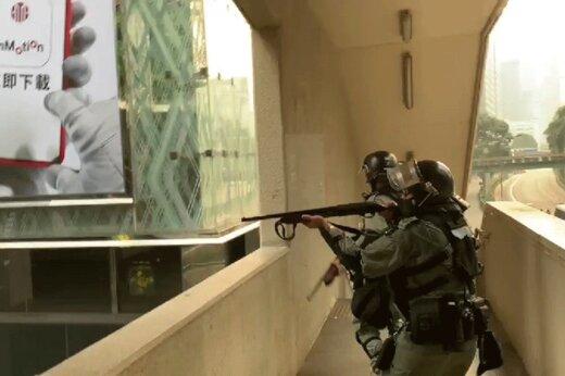 فیلم |  لحظه برخورد گلوله پلاستیکی پلیس به چشم یک خبرنگار اندونزیایی