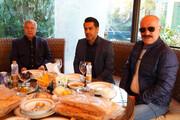 تصاویر | حضور علی پروین، سعید راد و محمدرضا شریفینیا و چند پرسپولیسی پای دیگ نذری