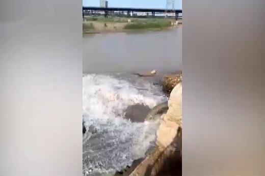 فیلم | ورود فاضلاب بیمارستان به رودخانه کارون در شهر اهواز