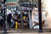 عکس |  یک سگ معترض شیلیایی علیه پلیس ضد شورش