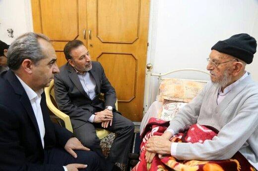 تصویری از عیادت محمود واعظی از عضو مجمع تشخیص مصلحت نظام