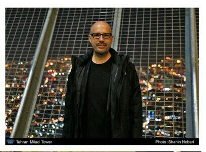 موسیقیدان سرشناس آلمانی در تهران به آرزویش رسید؛ عکس یادگاری با برج آزادی/عکس