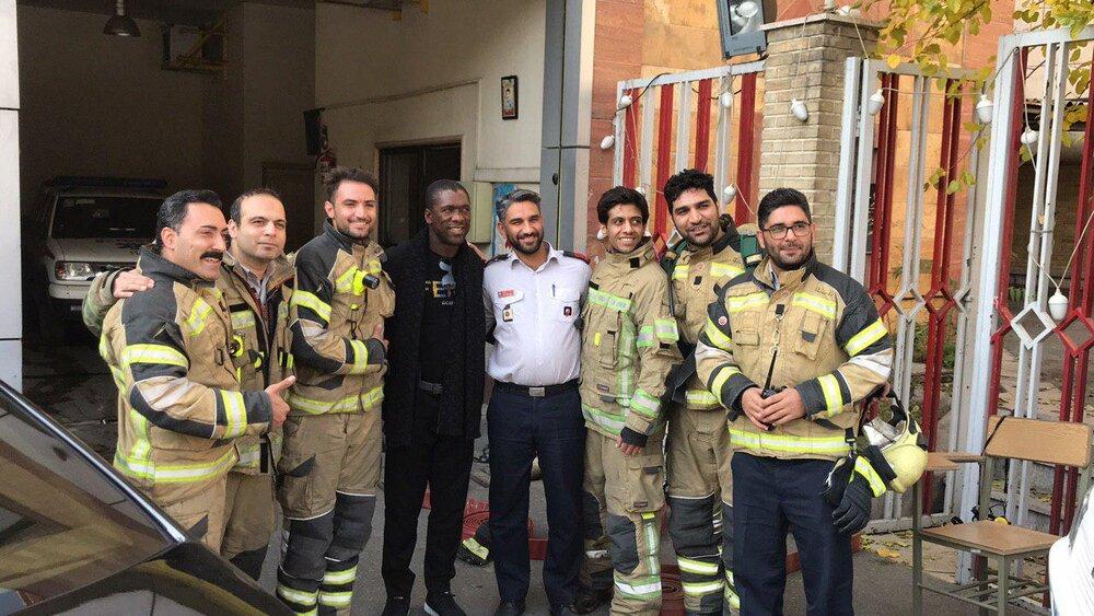 دنیای ورزش تورنتو نوشت:کلارنس سیدورف که از هفته قبل به ایران آمده است امروز به صورت اتفاقی با جمعی از آتش نشان ها در مقر فرماندهی عکس یادگاری گرفت.