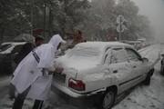 بازگشایی معابر منطقه یک توسط عوامل انسانی/ شدت ترافیک مانع حرکت ماشینهای برف روبی